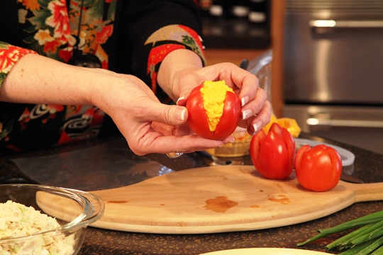 Filling the tomato tulip blossoms